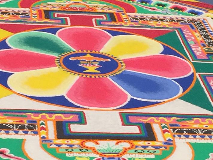 Ein buddhistisches Sand-Mandala, das durch achtsames, kunstvolles Tun entsteht.
